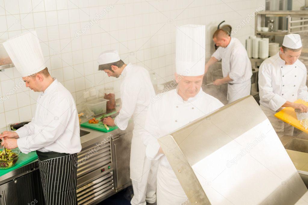 Cocina profesional equipo ocupado cocineros y chef foto for Equipo para chef