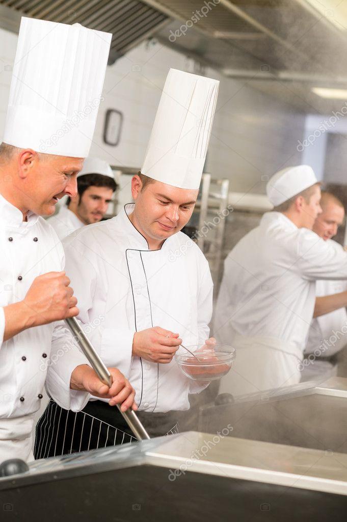 Zwei männliche Koch Arbeit in Profi-Küche — Stockfoto ... | {Koch bei der arbeit 58}