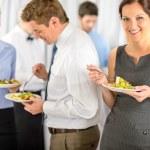 usmívající se obchodní žena během polední bufet společnost — Stock fotografie