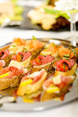 Mesa de catering buffet con aperitivos — Foto de Stock