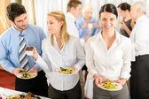 Colegas de trabalho se servem no buffet — Foto Stock