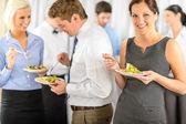 Gülümseyen iş kadın sırasında şirket öğle yemeği büfesi — Stok fotoğraf