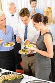 Compañeros de trabajo comen buffet de aperitivos — Foto de Stock