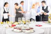 Tatlılar ve katılımcıların toplantı için şampanya — Stok fotoğraf