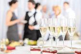 Aperitief champagne voor deelnemers aan de vergadering — Stockfoto