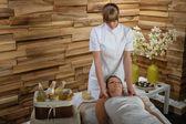 Kadın zevk boyun lüks spa merkezinde masaj — Stok fotoğraf