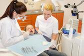 Assistente dentária com dentista e criança — Foto Stock
