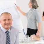 usměvavý obchodník během setkání týmu — Stock fotografie