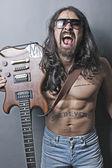 Guy dans lunettes de soleil avec une guitare — Photo