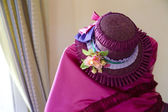 Interessante il secolo precedente rosa abito e cappello — Foto Stock