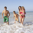 Young family play on beach - Foto Stock