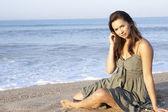 Plaj rahatlatıcı üzerinde oturan kadın — Stok fotoğraf
