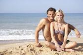 Jeune couple en vacances plage — Photo