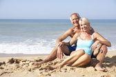 Couple de personnes âgées sur les vacances à la plage — Photo