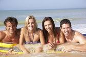 Dos jóvenes parejas en vacaciones en la playa — Foto de Stock