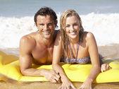 Genç bir çift beach tatil — Stok fotoğraf