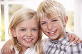 Two young children pose together — Stockfoto