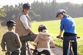 Anne ile çocuk parkı bisiklet sürmek — Stok fotoğraf