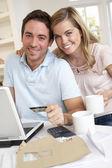 在互联网上使用信用卡的年轻夫妇 — 图库照片