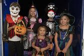 Feliz fiesta de halloween con los niños truco o trato — Foto de Stock