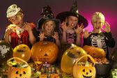 Festa di halloween con i bambini indossano costumi fantasia — Foto Stock