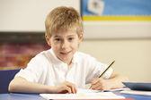 Estudiar en aula escolar — Foto de Stock