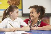 écolière étudiant dans la salle de classe avec l'enseignant — Photo