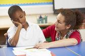 Niezadowolony uczniak studia w klasie z nauczycielem — Zdjęcie stockowe
