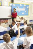 Alunos estudando em sala de aula com o professor — Foto Stock