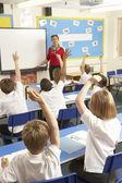 élèves étudient en salle de classe avec l'enseignant — Photo