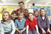 Alunos em sala de aula com o professor — Foto Stock