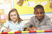 Alunos estudando em sala de aula — Foto Stock