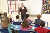 Sınıfta öğretmen ile eğitim okul — Stok fotoğraf