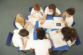 Visão aérea de estudantes trabalhando juntos na mesa — Foto Stock
