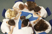 Overhead View Of Schoolchildren Working Together At Desk — Foto Stock
