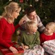 Семьи открытия рождественские подарки в дома — Стоковое фото