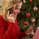 Frau online-shopping für Weihnachtsgeschenke — Stockfoto