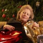 trött äldre kvinna återvänder efter jul shopping resa — Stockfoto