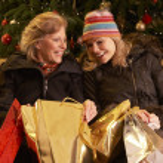 zwei Frauen, die nach Christmas-shopping-Tour — Stockfoto
