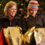 två kvinnor som återvänder efter jul shopping resa — Stockfoto