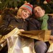 trött par återvänder efter jul shopping resa — Stockfoto