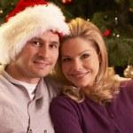 Пара расслабляющий перед рождественской елки — Стоковое фото