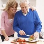starší pár tvorby sendvič v kuchyni — Stock fotografie #11881129