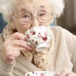 äldre kvinna njuta kopp te hemma — Stockfoto