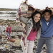 Family on beach with blankets - Foto Stock