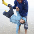 Happy father with son on beach - Stockfoto