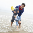 Happy father with son on beach — Stockfoto