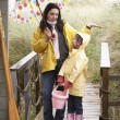 Foto Stock: Mother and daughter with umbrella
