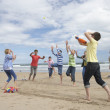 Teenagers playing baseball on beach — 图库照片