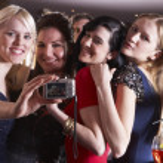 jonge vrouwen poseren op feestje — Stockfoto